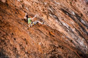 """13岁少女被赞""""蜘蛛女"""" 创下世界攀岩纪录"""